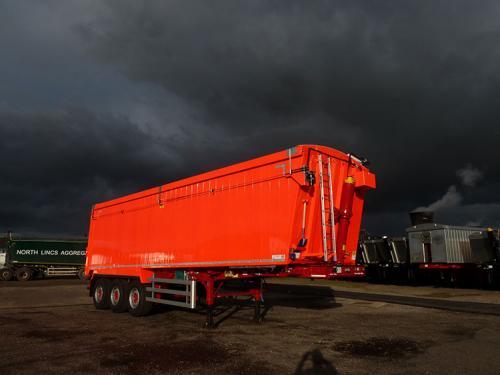 Bulk tipping trailer, Sloper frame chassis, Plankside, dog house ram, air locking taildoor.